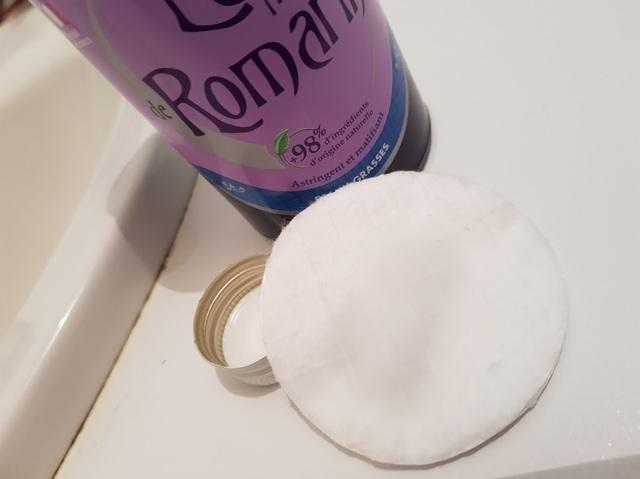 eau florale de romarin sur un coton