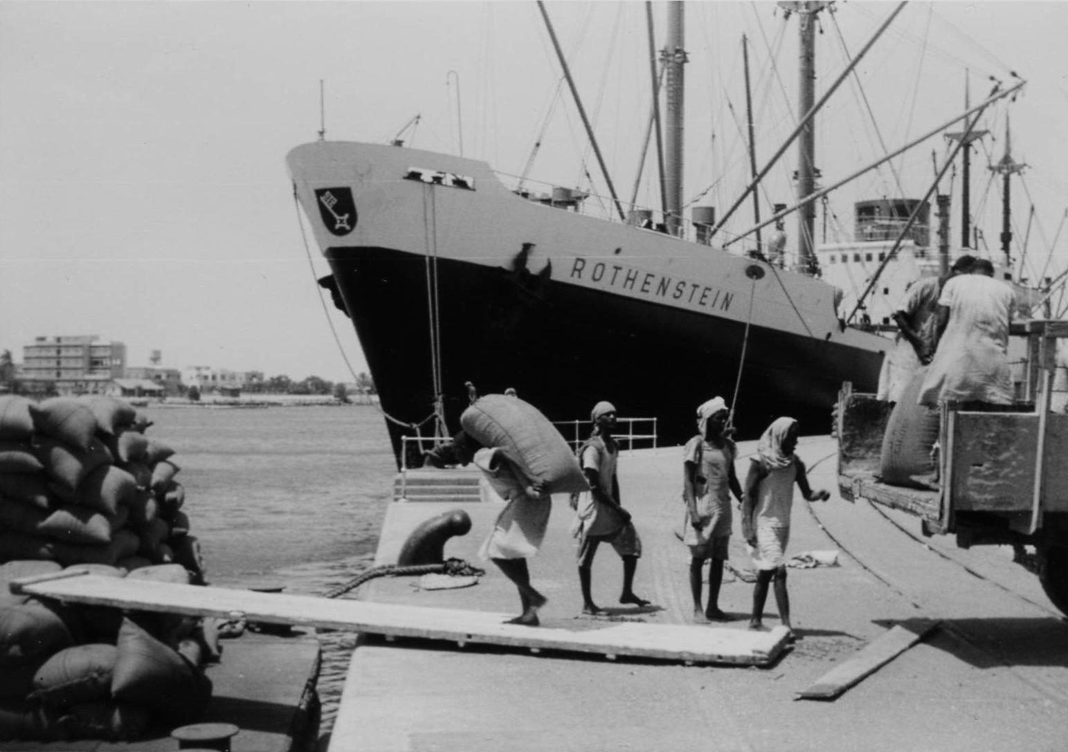 Hafenarbeiter_bei_der_Verladung_von_Sackgut_-_MS_Rothenstein_NDL,_Port_Sudan_1960