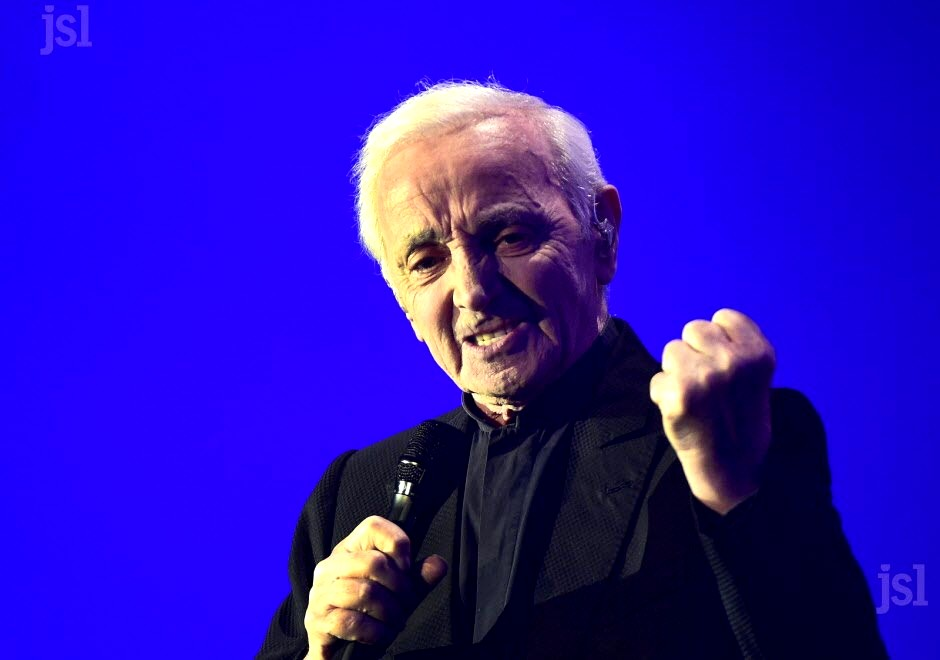 Aznavour poing serré