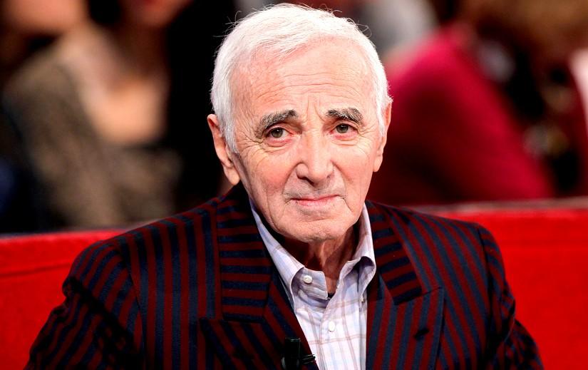 Aznavour canapé rouge