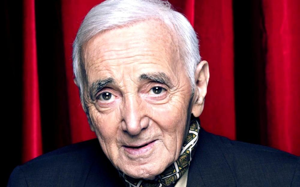 Aznavour rideau rouge