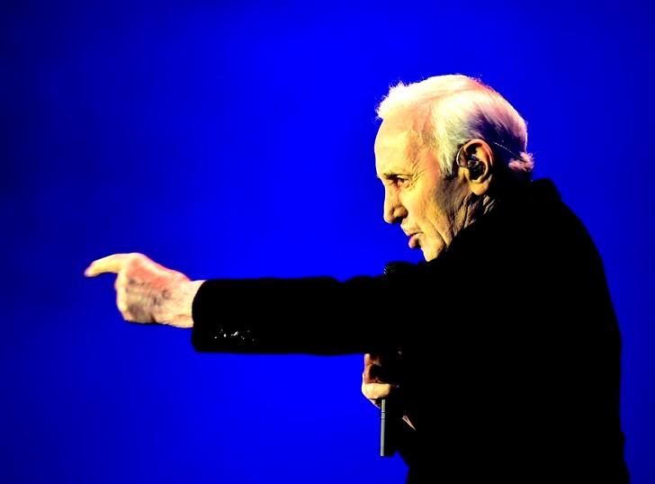 Aznavour fond bleu