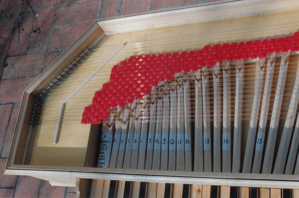 Fabrication d'instruments de musique anciens de bgire AHQ3Ib-1992-Clavicorde-Pisaurensis-40