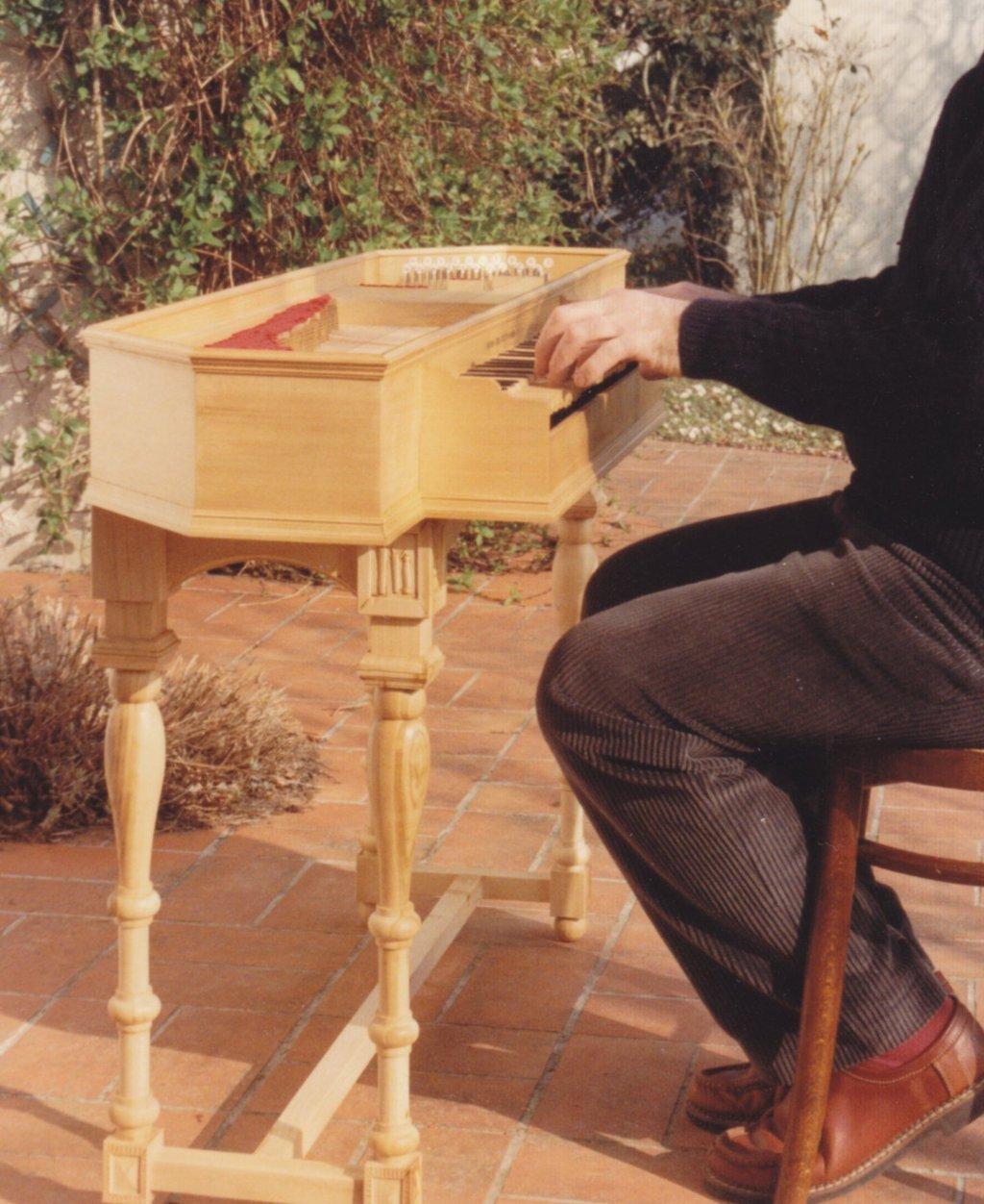 Fabrication d'instruments de musique anciens de bgire JJQ3Ib-1992-Clavicorde-Pisaurensis-55