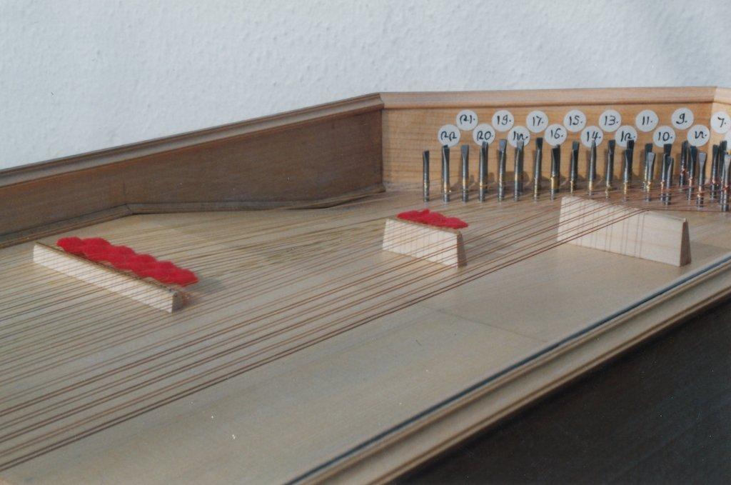Fabrication d'instruments de musique anciens de bgire LHQ3Ib-1992-Clavicorde-Pisaurensis-42