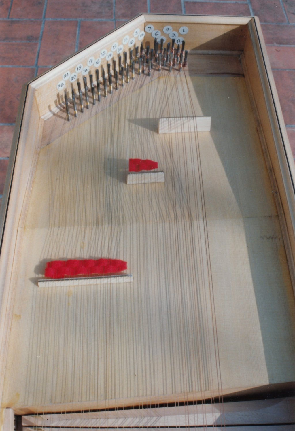 Fabrication d'instruments de musique anciens de bgire MJQ3Ib-1992-Clavicorde-Pisaurensis-43