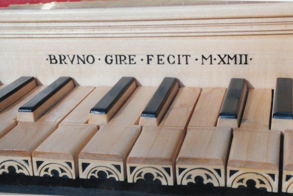 Fabrication d'instruments de musique anciens de bgire VJQ3Ib-1992-Clavicorde-Pisaurensis-44
