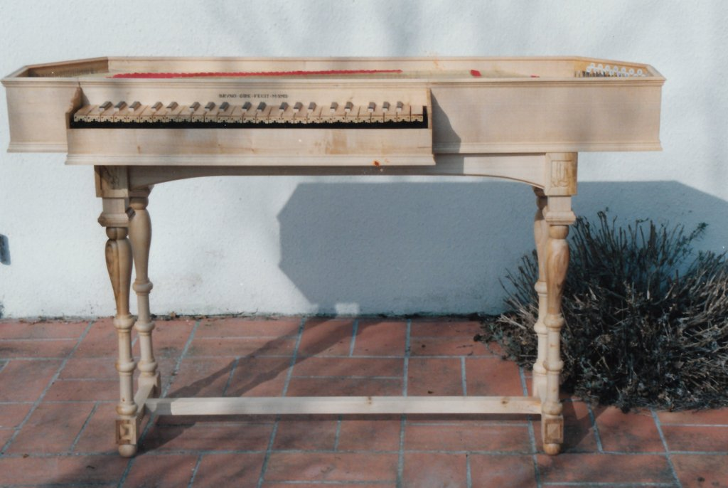 Fabrication d'instruments de musique anciens de bgire VJQ3Ib-1992-Clavicorde-Pisaurensis-45