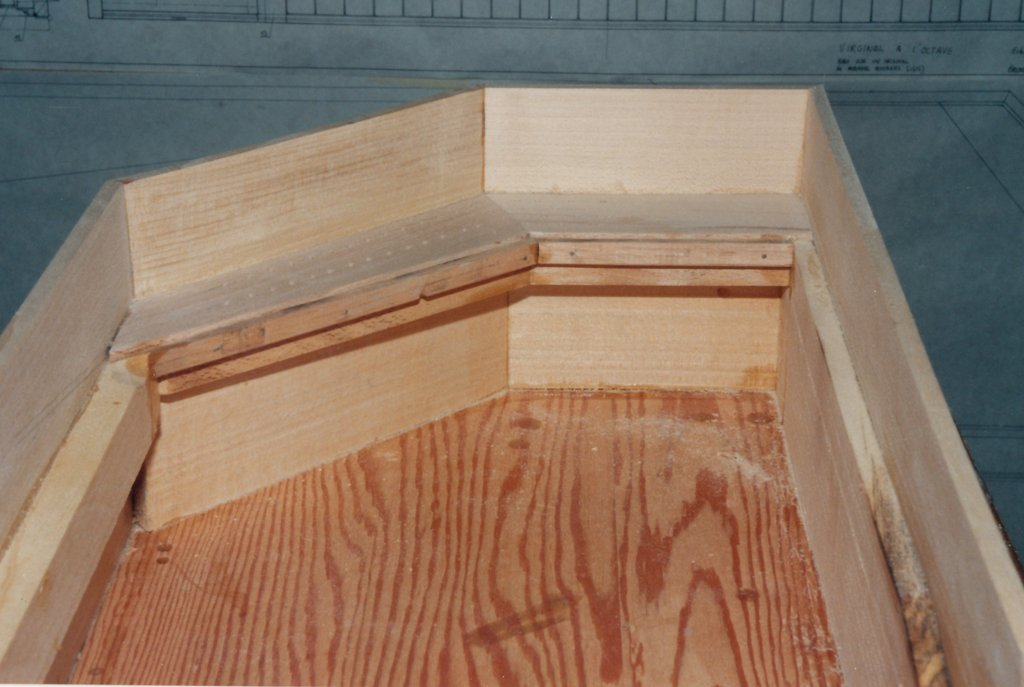 Fabrication d'instruments de musique anciens de bgire GGQ3Ib-1992-Clavicorde-Pisaurensis-03