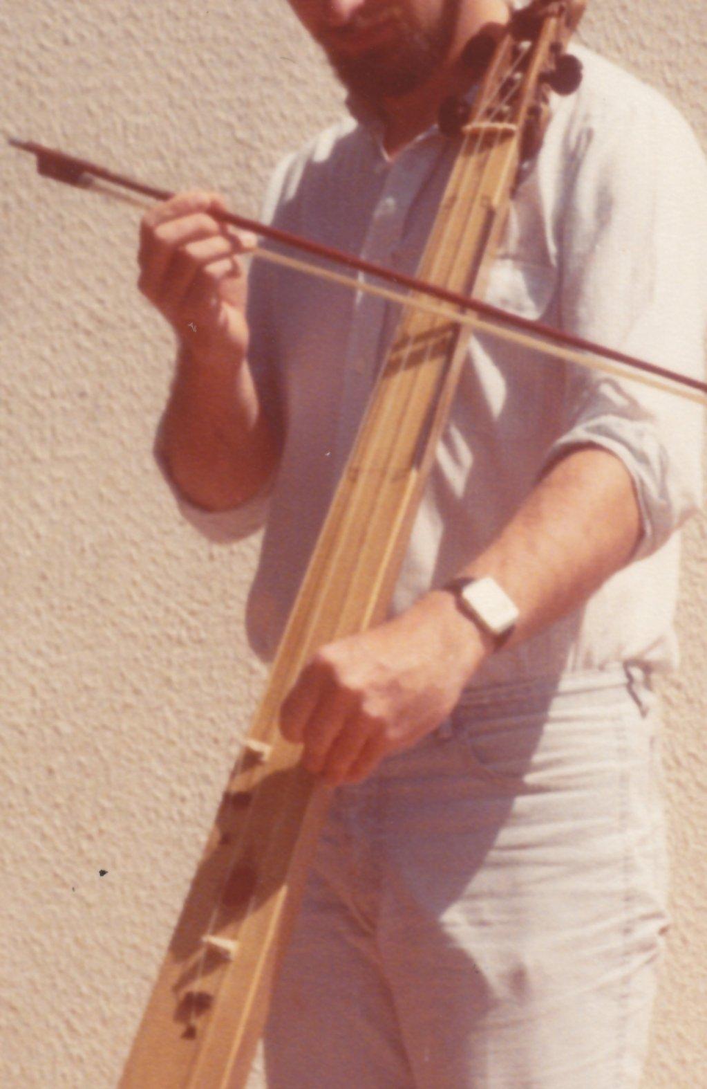 Fabrication d'instruments de musique anciens de bgire - Page 2 ZDv5Ib-1983-Trompette-marine-02