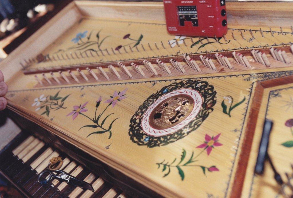 Fabrication d'instruments de musique anciens de bgire - Page 2 LlNjJb-1992-Kind-Virginal-61