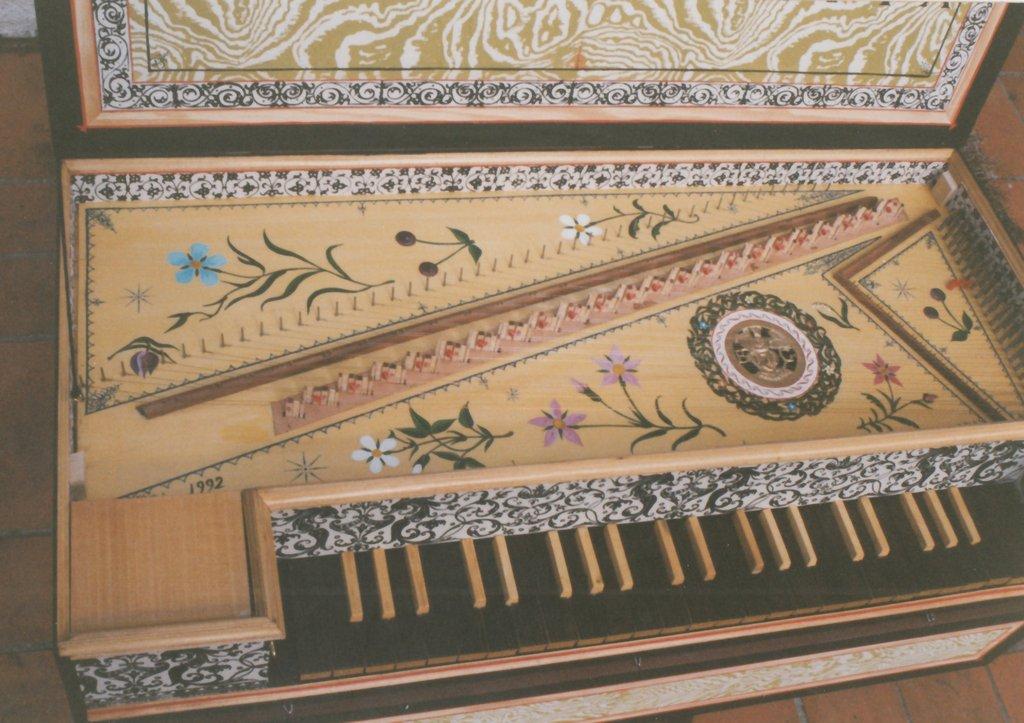 Fabrication d'instruments de musique anciens de bgire - Page 2 BnNjJb-1992-Kind-Virginal-75