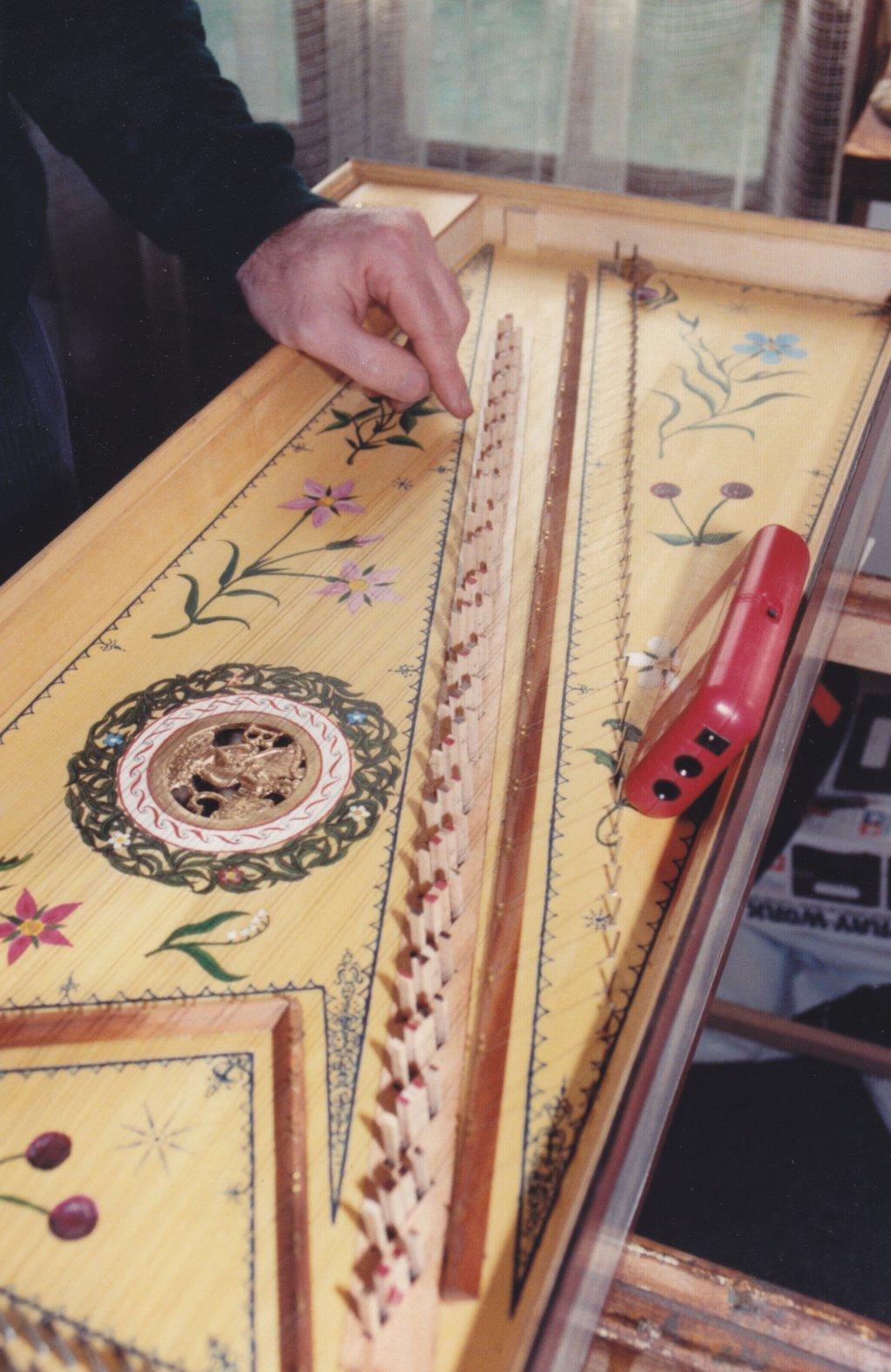 Fabrication d'instruments de musique anciens de bgire - Page 2 RmNjJb-1992-Kind-Virginal-68