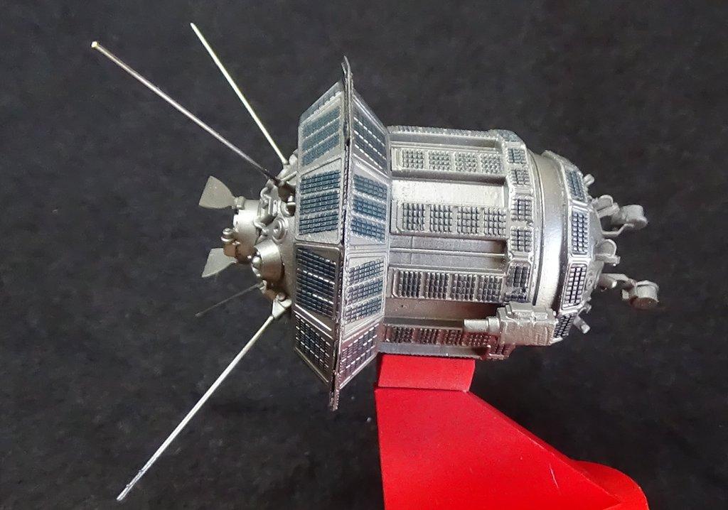 Bip Bip Bip ! Premiers satellites soviétiques au 35e (résine + PE) TQrUJb-Sputnik-Luna-31