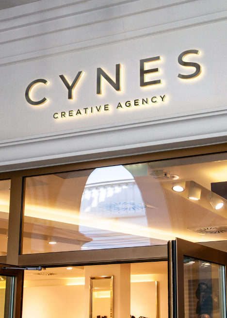 image identité visuelle, logo CYNES sur vitrine