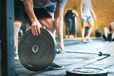 entrainement seul ou en equipe à la salle de sport